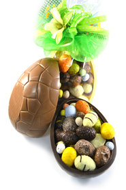 Half Chocolade ei gevuld met Paaseitjes