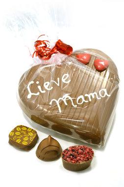 Chocoladehart gevuld met bonbons en handgeschreven tekst 'Lieve mama'